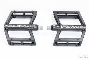 Acros A-Flat MD: Plattform-Pedal für unser Enduro-Projekt [Mountainbike Build]