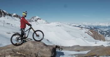 Mountainbike vs. Snowboard: Showdown im Snowpark Kitzsteinhorn feat: Johannes Fischbach