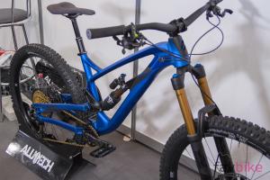 Alutech Fanes 6.0: Design-Enduro im Carbon-Look [Eurobike 2018]