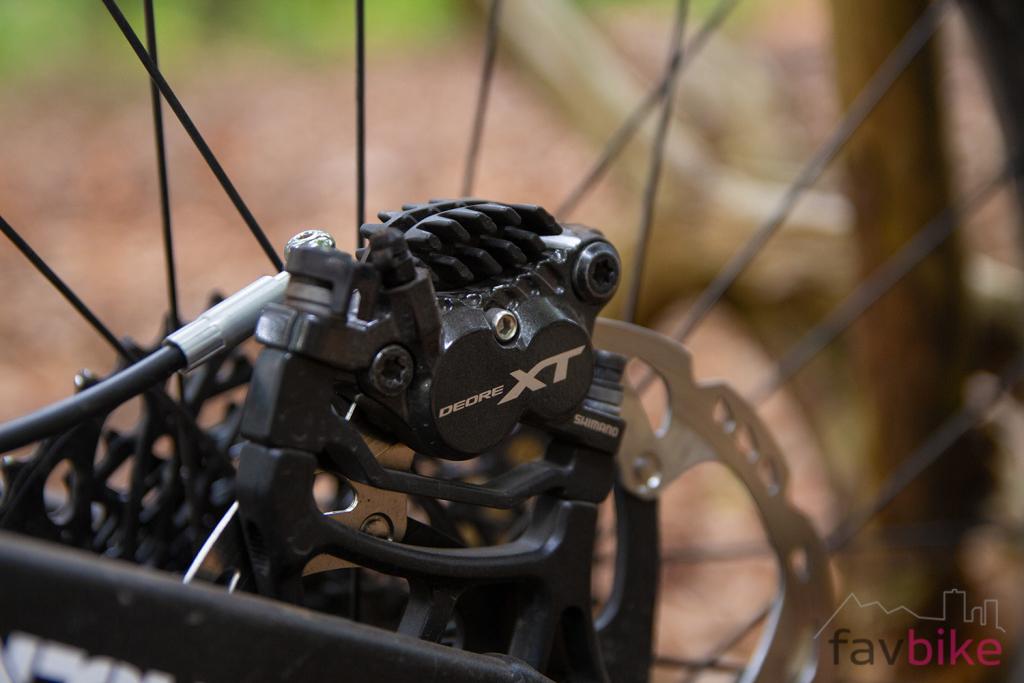 Günstige Vierkolben-Bremse: Shimano XT BR-M8020